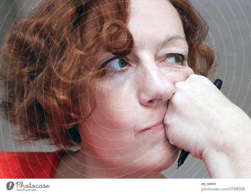 Nachdenklich ruhig Erwachsenenbildung Frau Gesicht 1 Mensch 30-45 Jahre 45-60 Jahre Pullover Haare & Frisuren brünett rothaarig kurzhaarig Locken Schreibstift