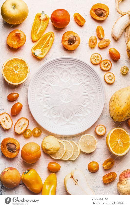 Gelbes und oranges Obst und Gemüse um weißer Platte Lebensmittel Frucht Orange Teller Stil Design Gesunde Ernährung trendy gelb Papaya Hintergrundbild Mango