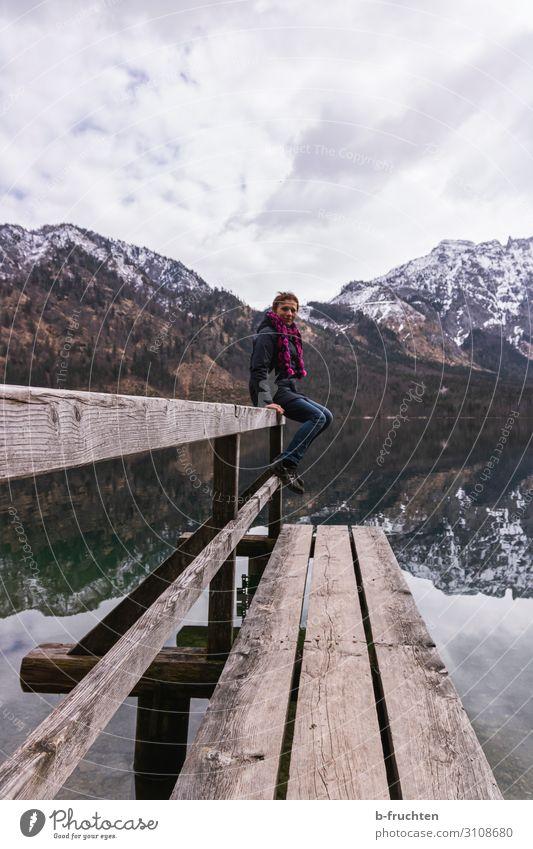 Frau auf einem Holzsteg Freizeit & Hobby Winter Berge u. Gebirge wandern Erwachsene 1 Mensch Wolken Frühling Alpen See Bewegung sitzen natürlich almsee