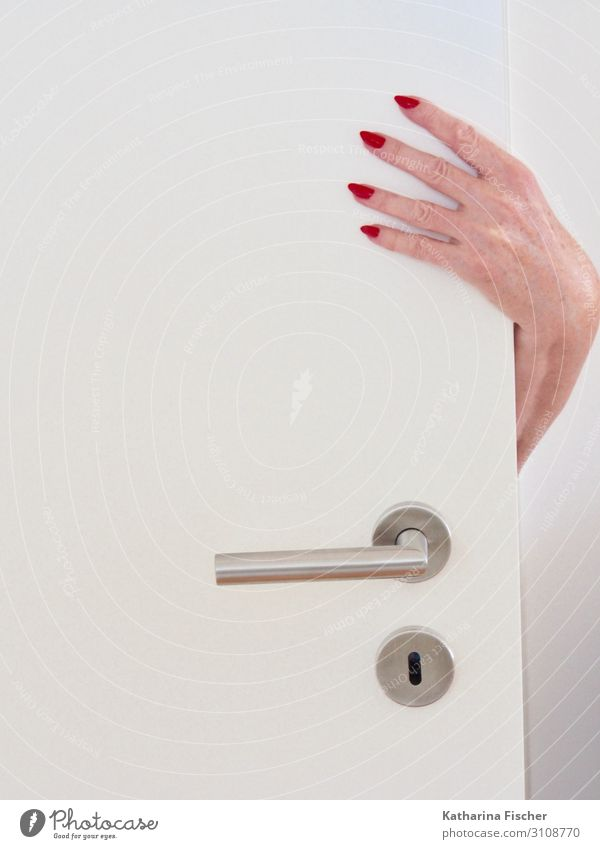 Hand rot lackierte Fingernägel Tür feminin weiß bizarr Fingernagel Griff Arme Türschloss festhalten aufmachen silber Hautfarbe 4 Raum Frau Nagellack Frauenhand