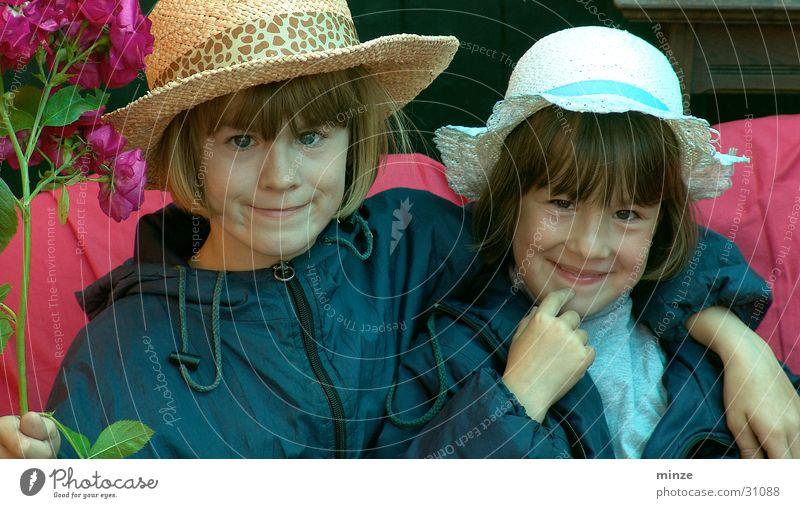 Freunde3 Kind Mädchen Freude Spielen Freundschaft Umarmen verkleiden