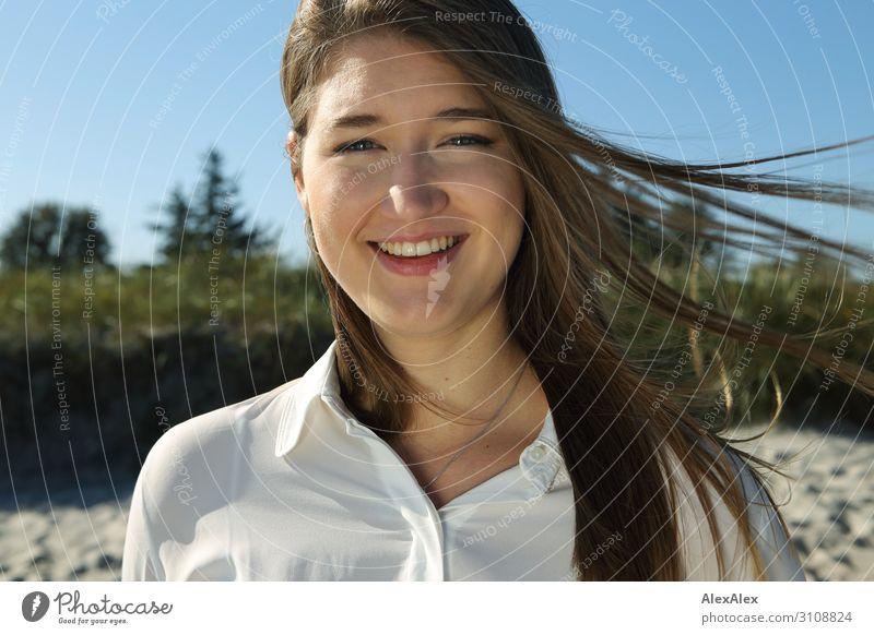 Portrait einer jungen Frau vor einer Düne Jugendliche Junge Frau Sommer schön Sonne Freude Strand 18-30 Jahre Gesicht Erwachsene Leben natürlich Glück Gras