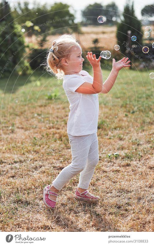 Kleines Mädchen spielt mit Seifenblasen Lifestyle Freude Glück Spielen Garten Kind Kindheit 1 Mensch 30-45 Jahre Erwachsene Spielplatz genießen authentisch