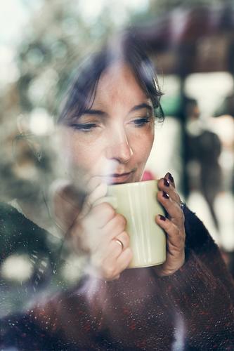 Porträt einer Frau, die einen Kaffee trinkt. Echte Menschen, authentische Situationen trinken Tee Erholung Junge Frau Jugendliche Erwachsene 1 30-45 Jahre