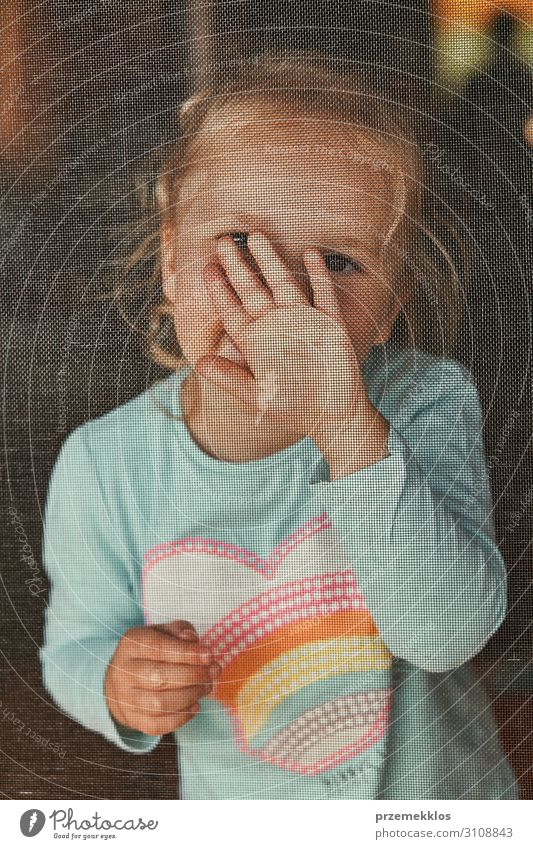 Kleines bezauberndes Mädchen, das für ein Porträt posiert. schön Kind Mensch Kindheit 1 3-8 Jahre authentisch klein niedlich positiv reizvoll heiter süß