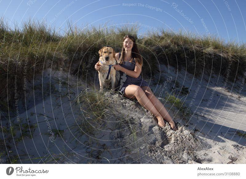 Blonder Labrador und junge Frau am Strand Lifestyle Stil Freude schön harmonisch Sommer Sommerurlaub Sonne Sonnenbad Junge Frau Jugendliche 18-30 Jahre