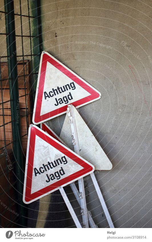 """mehrere Warnschilder mit der Aufschrift """"Achtung  Jagd"""" stehen an einer Wand Mauer Metall Schriftzeichen Hinweisschild außergewöhnlich eckig einzigartig braun"""