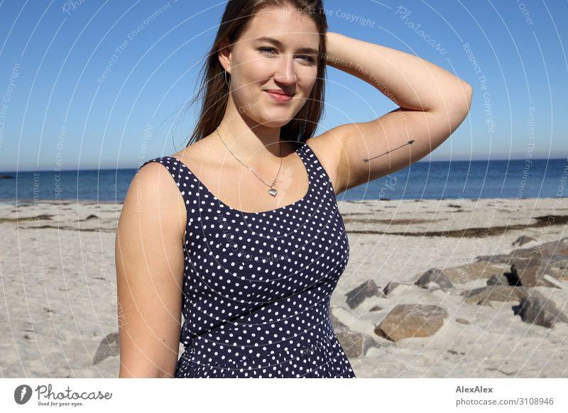 Portrait einer jungen, großen Frau am Strand im Sommerkleid Stil Freude schön Leben Wohlgefühl Sommerurlaub Sonne Sonnenbad Meer Junge Frau Jugendliche