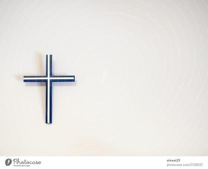Blau-weißes katholisches Kreuz an einer Wand mit Kopierraum Ostern Kunststoff blau Hoffnung Tod Glaube Religion & Glaube Hintergrund Katholizismus Christus