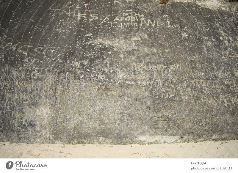felszeichnungen Natur Wand Umwelt Stein grau Felsen Sand Buchstaben Wort maritim Felszeichnungen