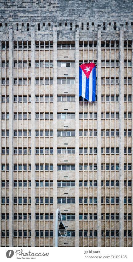 Kubanische Flagge an Hochhaus in Havanna Reisefotografie Ferien & Urlaub & Reisen Menschenleer Fernweh Großstadt Haus Fahne Sozialismus Politik & Staat