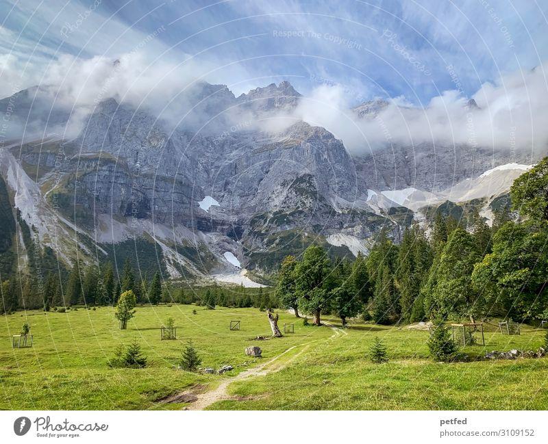 Kleiner Ahornboden Landschaft Wolken Sommer Schnee Baum Gras Berge u. Gebirge gigantisch Unendlichkeit blau grau grün Stimmung Gelassenheit ruhig Einsamkeit