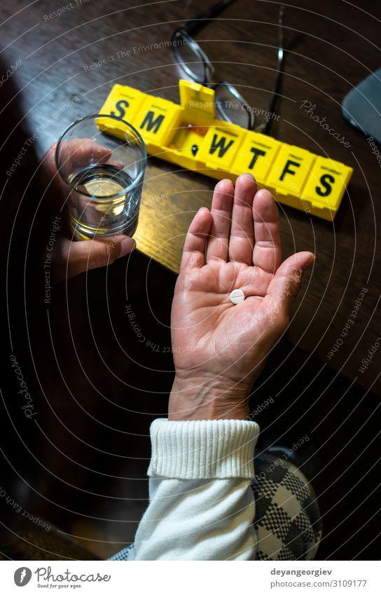 Ältere Frau nimmt Pillen aus der Schachtel. Gesundheitswesen und Alter Krankheit Medikament Ruhestand Mensch Erwachsene Hand Zeitung Zeitschrift Container