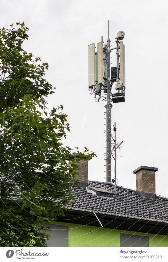 5G-Antennen auf der Oberseite des Hauses. Antennen und Sender Industrie Telekommunikation Telefon Handy Technik & Technologie Internet Fluggerät Linie