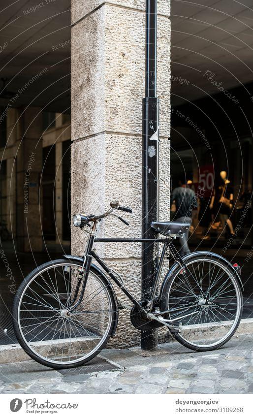 Schwarzes Fahrrad vor dem Modegeschäft Lifestyle kaufen Stil Ferien & Urlaub & Reisen Tourismus Dekoration & Verzierung Kunst Stadt Architektur Verkehr Straße