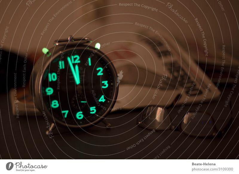 Es ist höchste Zeit: Wecker mit fluoreszierenden Zahlen zeigt kurz vor Zwölf Eile Nacht Dunkelheit Mitternacht Brille Nachtruhe Ziffern & Zahlen Uhrenzeiger