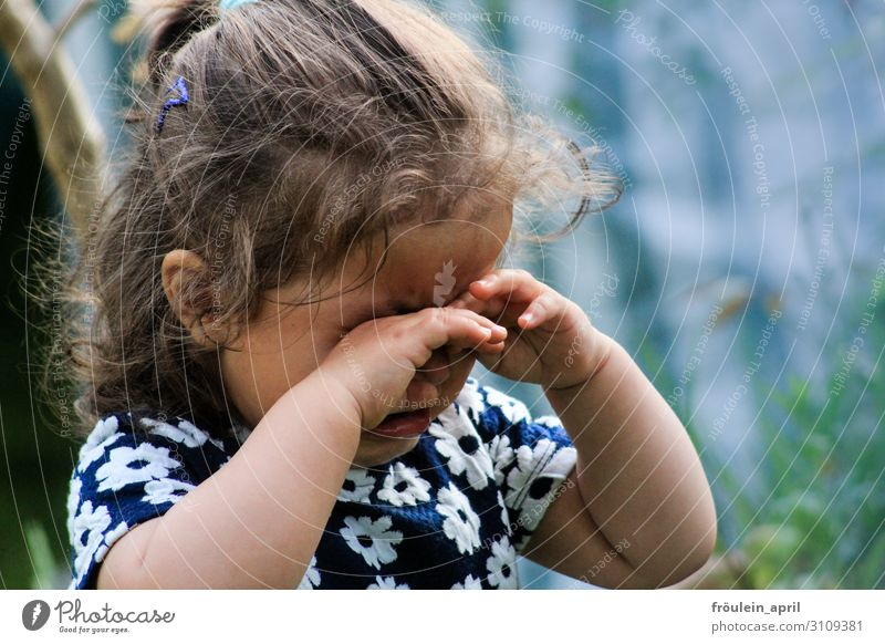 weinendes Mädchen in geblümtem Kleid Kindererziehung Mensch feminin Kleinkind Kindheit Kopf 1 3-8 Jahre brünett langhaarig Locken Traurigkeit Gefühle Mitgefühl