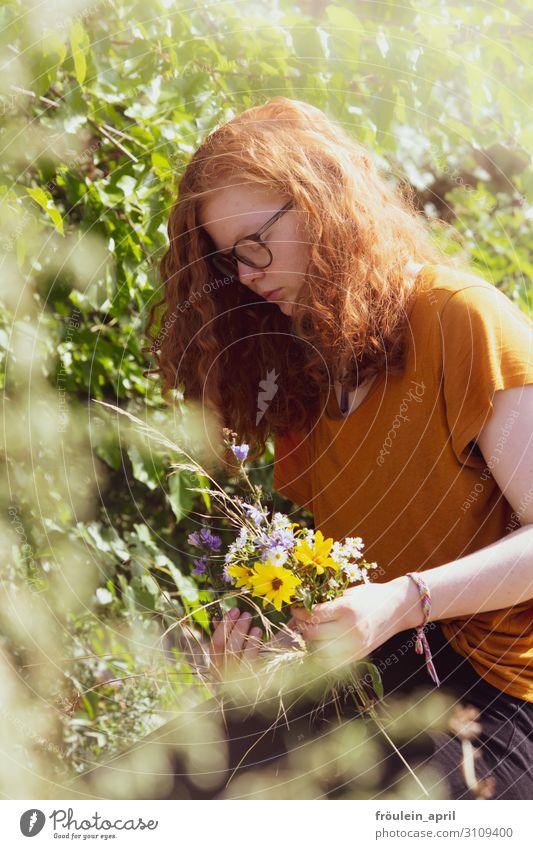 rothaarige junge Frau bindet Feldblumenstrauß Blumenstrauß Brille Hochformat Sommer Sonnenblumen Tageslicht Mensch feminin Farbfoto Erwachsene 1 18-30 Jahre
