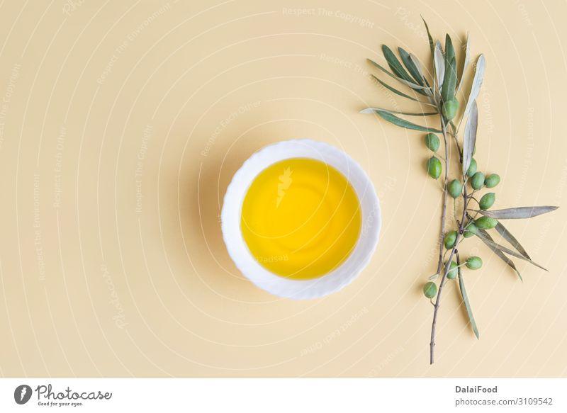 Natives Olivenöl extra von Olive Gemüse Frucht Essen Schalen & Schüsseln Flasche Besteck Löffel natürlich gelb gold Hintergrund übersichtlich schließen