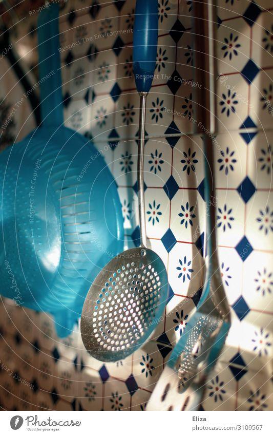 Küchengedöns Häusliches Leben Wohnung Sieb Wand Fliesen u. Kacheln Pfannenheber Farbfoto Innenaufnahme Menschenleer Tag