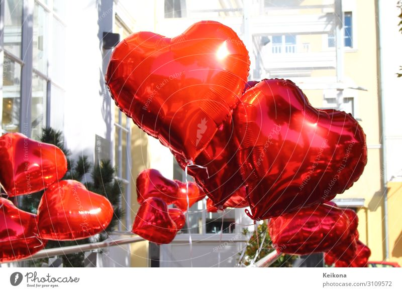 Red shiny balloons in heart shape. Lifestyle Reichtum Stil Glück Freizeit & Hobby Feste & Feiern Valentinstag Hochzeit Geburtstag Spielzeug Luftballon Kitsch