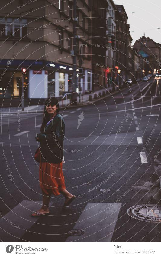 Junge Frau überquert abends einen Zebrastreifen in der Stadt feminin Jugendliche Erwachsene 1 Mensch 18-30 Jahre Prag Fußgänger Straße Straßenkreuzung