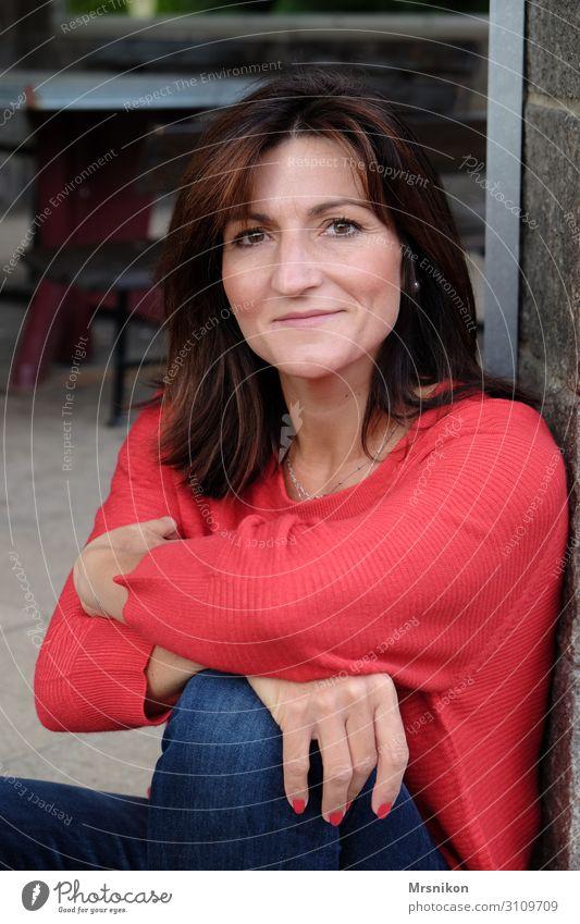 Warten Glück feminin Frau Erwachsene Mutter 1 Mensch 30-45 Jahre brünett beobachten Denken Lächeln Blick sitzen leuchten träumen Gesundheit positiv