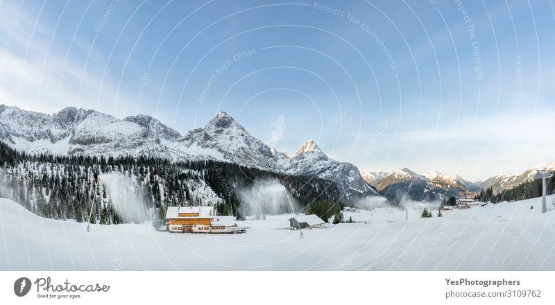Winterpanorama mit verschneiten Bergen und schneebedeckter Straße Schnee Berge u. Gebirge Natur Klimawandel Wetter Alpen Gipfel weiß Ehrwald alpin Österreich