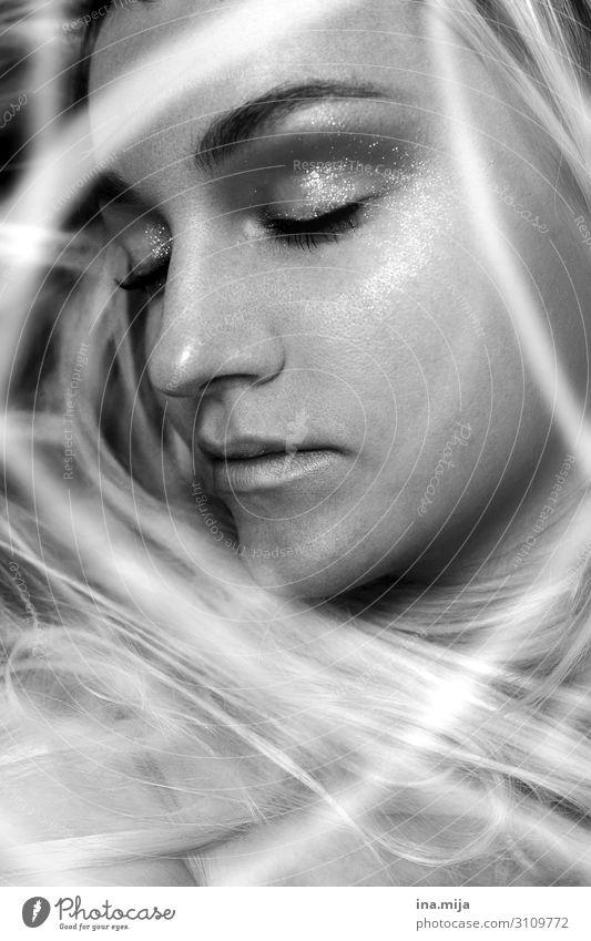Im Land der Träume Frau Mensch Jugendliche Junge Frau schön Erholung Einsamkeit ruhig Gesicht Erwachsene Religion & Glaube feminin Haare & Frisuren Denken