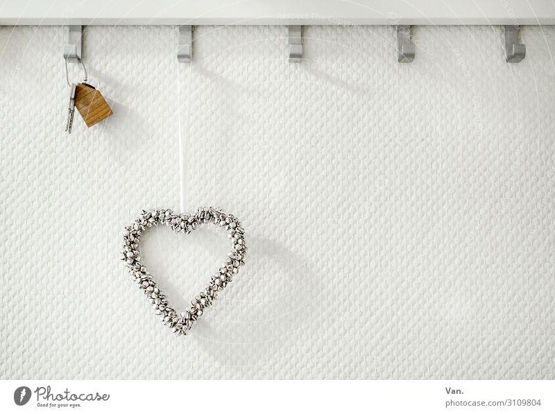 Home sweet Home Mauer Wand Schlüssel Kleiderhaken Glocke Holz Metall Herz silber weiß Gedeckte Farben Innenaufnahme Detailaufnahme Menschenleer