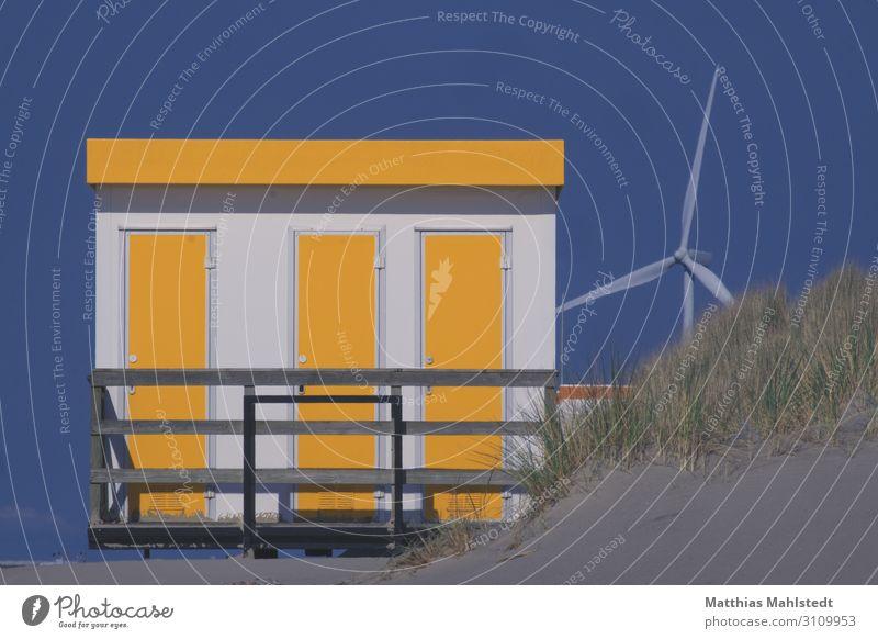 Strandhaus mit Windrad Technik & Technologie Energiewirtschaft Erneuerbare Energie Windkraftanlage Energiekrise Umwelt Natur Landschaft Wolkenloser Himmel