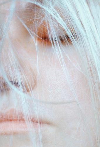 _ Mensch feminin Junge Frau Jugendliche Erwachsene Weiblicher Senior Leben Haare & Frisuren weißhaarig frieren schlafen kalt selbstbewußt ruhig Weisheit