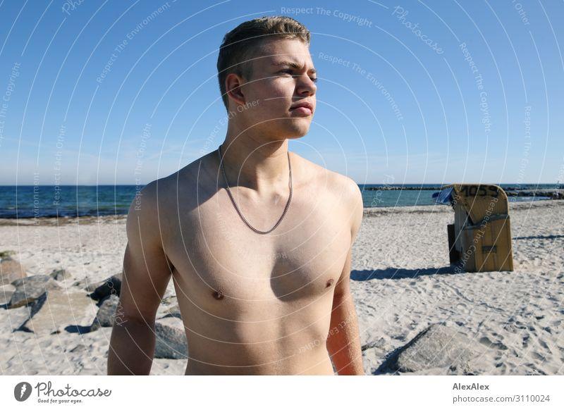 Portrait eines jungen, sportlichen Mannes mit freiem Oberkörper am Strand Lifestyle Stil Freude schön Leben Sommer Sommerurlaub Sonne Sonnenbad Meer Junger Mann