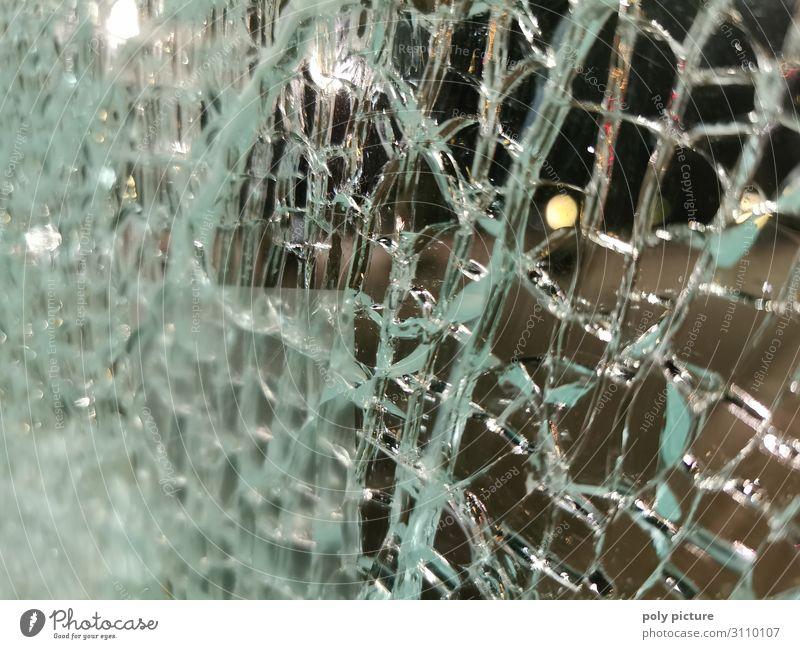 zersprungene Glasscherben, kaputte Fensterscheibe, Nachtleben Unfall gebrochen Schaden Gefahr Detail Hintergrund abstrakt Riss Risiko zerbrochen Vandalismus