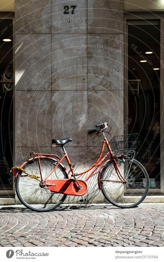 Rotes Fahrrad mit Korb auf der italienischen Straße. Lifestyle Stil Erholung Ferien & Urlaub & Reisen Tourismus Sommer Sonne Sport Fahrradfahren Stadt Verkehr