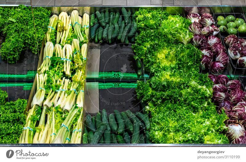 Gemüse im Regal im Supermarkt. Lebensmittel kaufen Marktplatz stehen verkaufen frisch rot Tradition Fenchel Gurke Salat Radicchio. Gemüseladen reif Salatgurke
