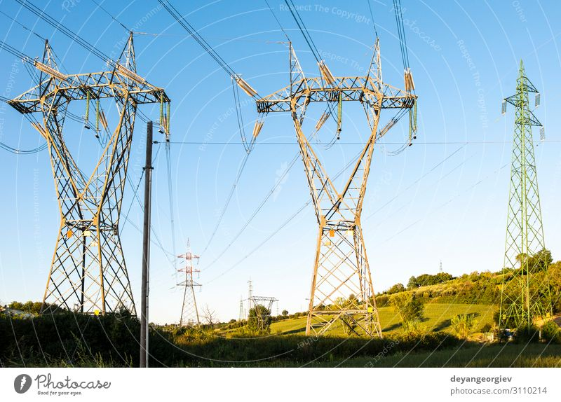 Hochspannungsleitungen. Industrie Technik & Technologie Umwelt Landschaft Architektur Metall Energie Umweltverschmutzung Leitung Elektrizität Kraft industriell