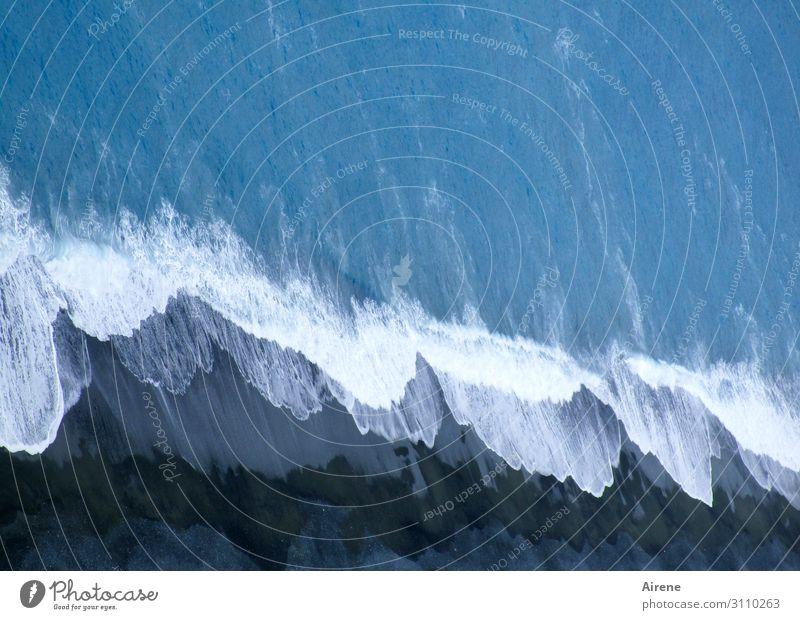 blau - weiß - schwarz Strand Wellen Wasser Küste Meer toben maritim natürlich unten Kraft Abenteuer einzigartig Freiheit Gischt Sturm dunkelgrau Dunkelfärbung
