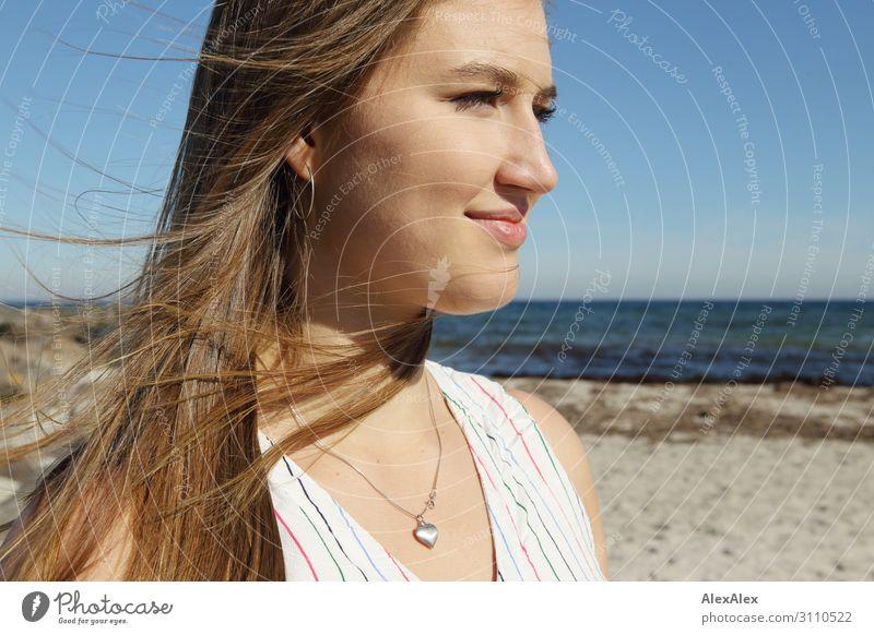 Portrait einer jungen Frau am Strand elegant Stil schön Leben Wohlgefühl Sommer Sommerurlaub Sonne Sonnenbad Meer Junge Frau Jugendliche Gesicht 18-30 Jahre