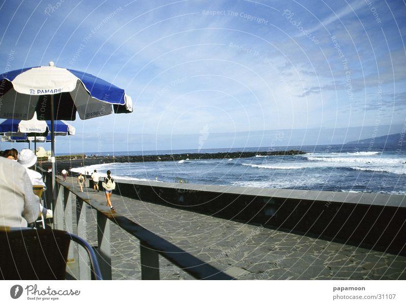 wild waves Meer Strand Terrasse Sonnenschirm Wolken Wellen Brandung Ferne Europa Bucht Wasser Aussicht blau