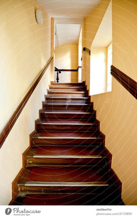 Treppe im Altbau Treppenabsatz Abstieg abwärts aufsteigen aufwärts Fenster Geländer Treppengeländer Haus Mehrfamilienhaus Menschenleer Stadthaus Niveau