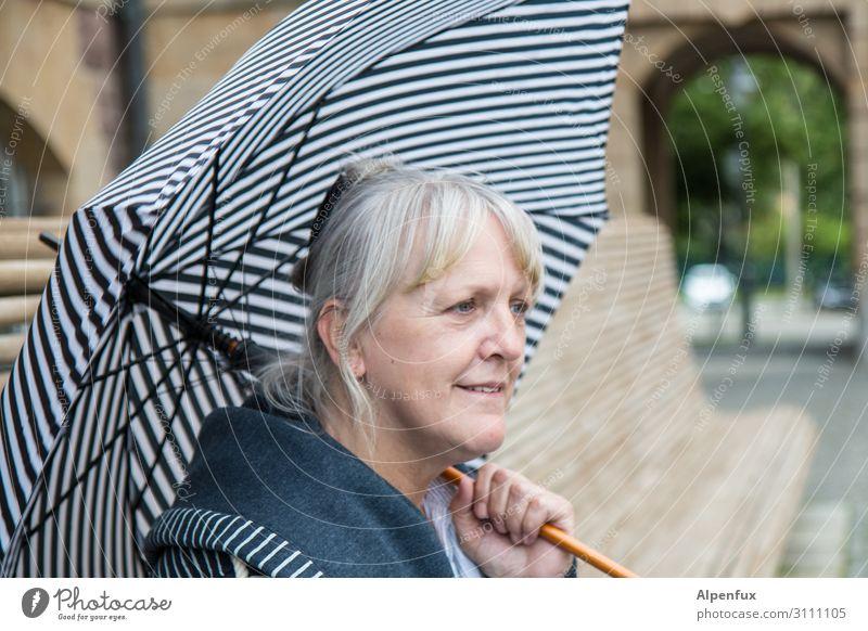 Unterm Rettungsschirm | AST-Cemnitz17 Mensch feminin Frau Erwachsene 45-60 Jahre Regenschirm Lächeln lachen blau weiß Fröhlichkeit Zufriedenheit Lebensfreude