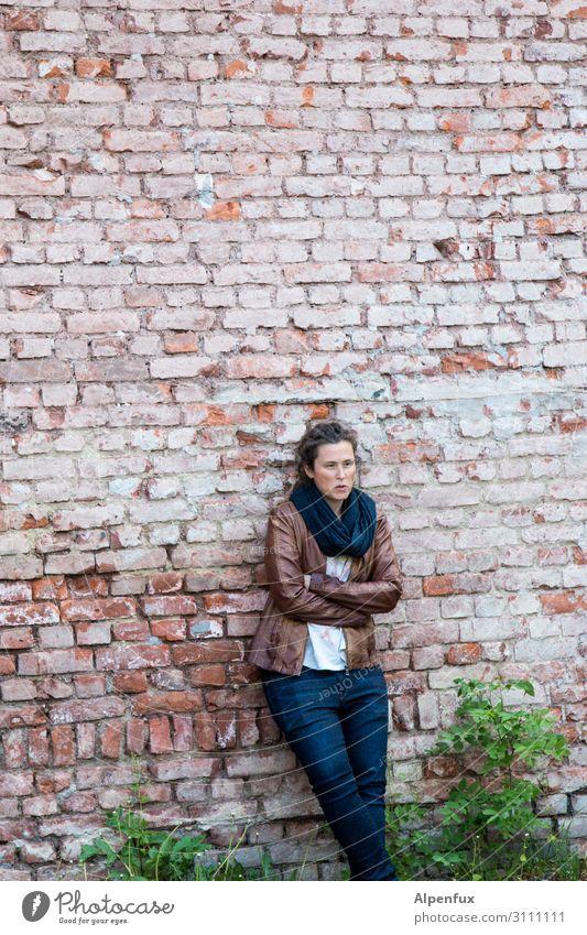 Lässig an der Wand   AST-Cemnitz17 Mensch feminin Frau Erwachsene 30-45 Jahre Mauer Kommunizieren sprechen stehen Coolness Zufriedenheit selbstbewußt