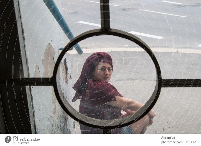 Im Fadenkreuz des Fotografen Mensch feminin Frau Erwachsene 1 Lächeln Blick Coolness Optimismus Zufriedenheit Erwartung bedrohlich geheimnisvoll Lebensfreude