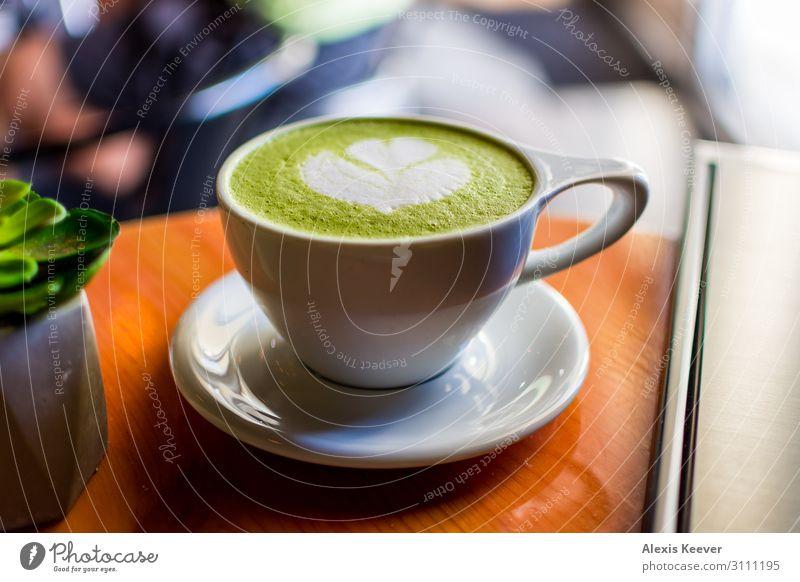 Matcha Latte Kunst mit Sukkulenten in einem Café auf einem Tisch Lebensmittel Kaffeetrinken Getränk Latte Macchiato Espresso Tasse Lifestyle Pflanze Kaktus