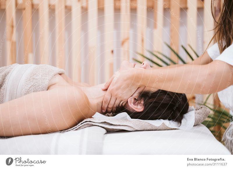 junge Physiotherapeutin Frau, die dem Patienten eine Nackenmassage gibt. Lifestyle schön Körper Gesundheit Gesundheitswesen Behandlung Alternativmedizin