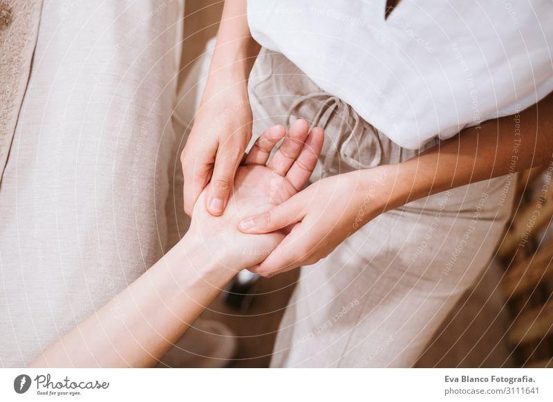 Frau Mensch Jugendliche Junge Frau schön weiß Hand Erholung Freude Gesundheit 18-30 Jahre Lifestyle Erwachsene natürlich feminin Gefühle