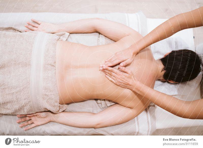junge Physiotherapeutin Frau, die dem Patienten eine Rückenmassage gibt. Lifestyle schön Körper Gesundheit Gesundheitswesen Behandlung Krankheit Medikament