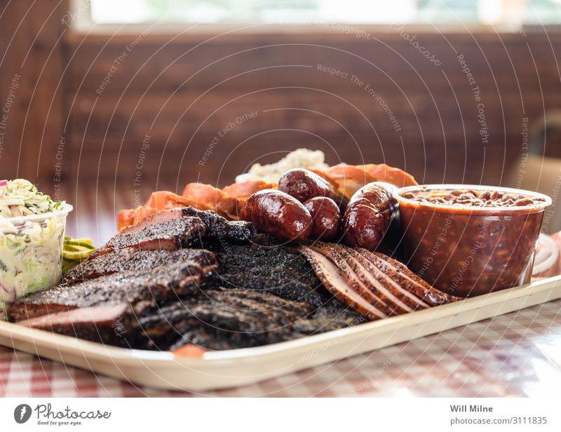 Tablett voll mit Texas Barbecue Grill Grillen Grillplatz Mittagessen Mahlzeit Fleisch Beilage Bohnen Rindfleisch Kuh Bruststück Rippen Brot Abendessen weiß
