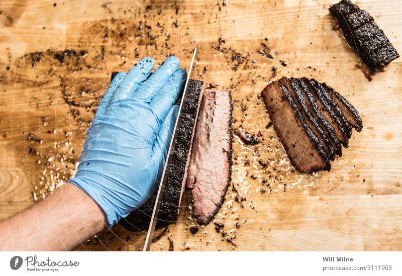 Schneiden von gegrilltem Brustkorb Grill Grillen geräuchert Fleisch geschnitten Scheibe Schneidewerkzeug Schneidebrett Essen zubereiten kochen & garen